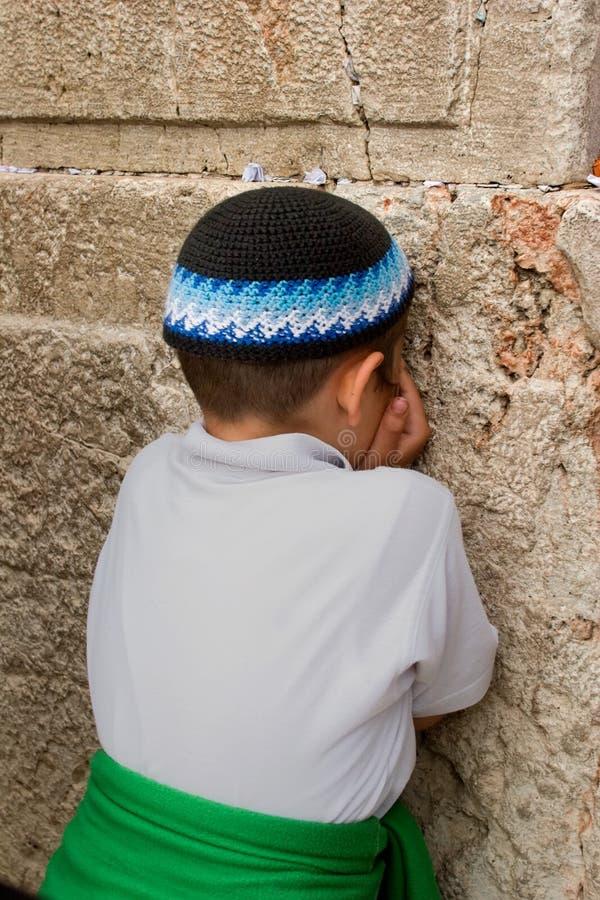 祈祷的男孩  免版税图库摄影