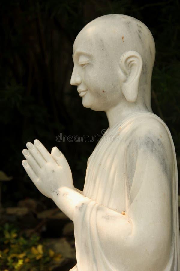 祈祷的菩萨雕象 免版税库存照片