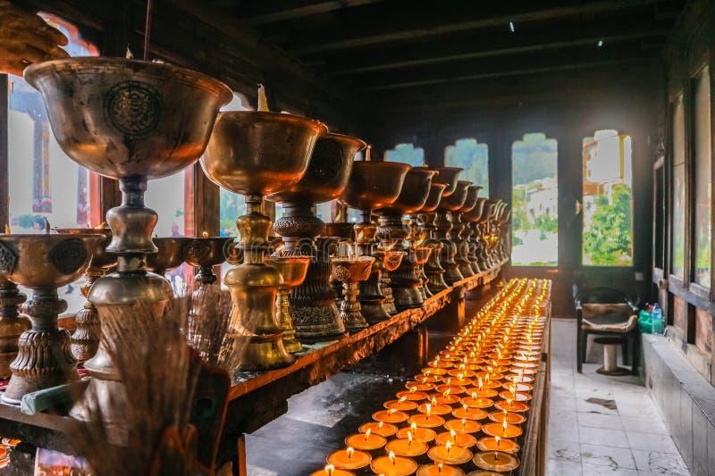 祈祷的蜡烛照明设备在Zangdhopelri修道院里在廷布,不丹 库存图片