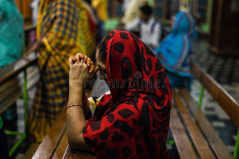 祈祷神的妇女在教会里在印度 库存照片