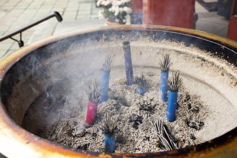 祈祷菩萨神和天使雕象用香的日本人在香炉罐在Marishiten Tokudaiji寺庙在日本 免版税库存照片