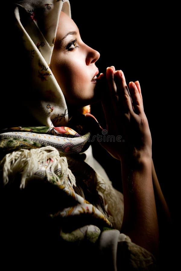 祈祷被修饰的披肩的女孩题头 库存图片