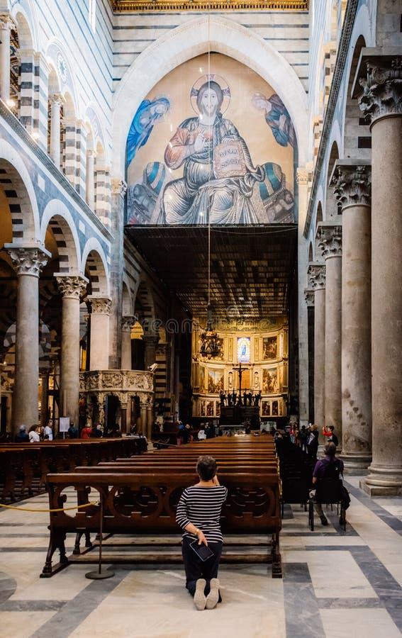 祈祷里面比萨大教堂,意大利的妇女 免版税图库摄影