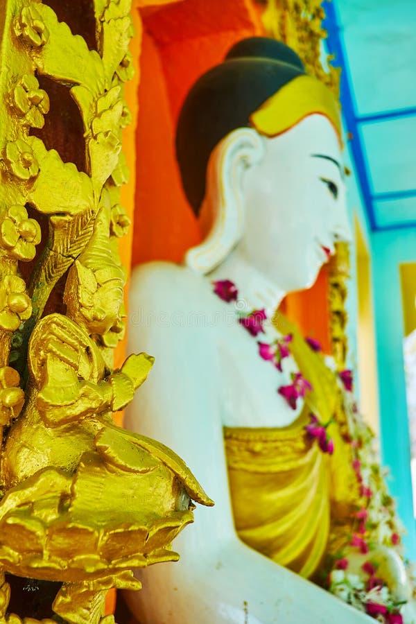 祈祷金黄nat精神神雕塑,实皆 免版税库存照片