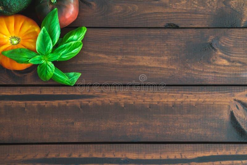 祖传遗物蕃茄和蓬蒿在一个棕色委员会 免版税库存图片