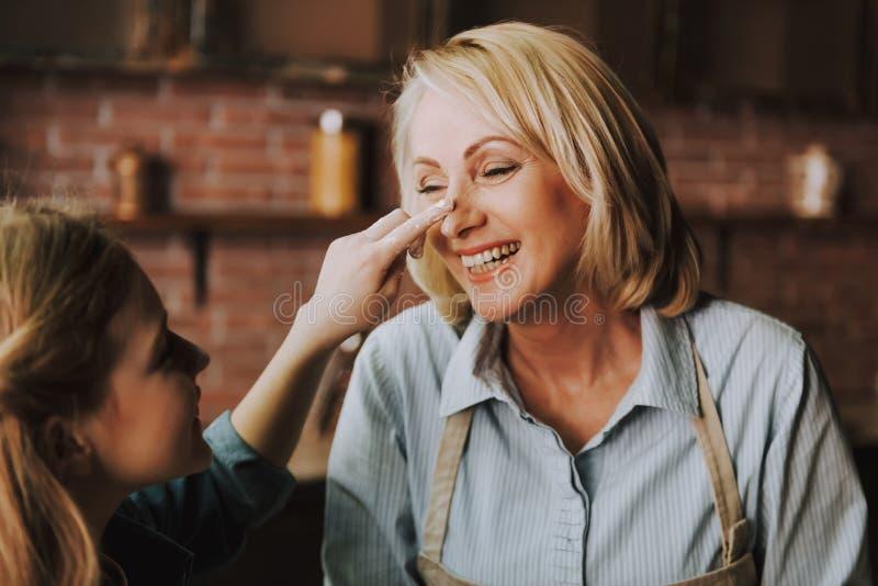 祖母和孙女获得乐趣在厨房 免版税库存照片
