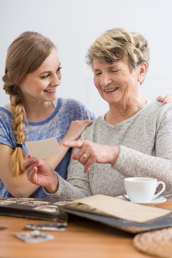 祖母和孙女观看的图片 免版税库存图片