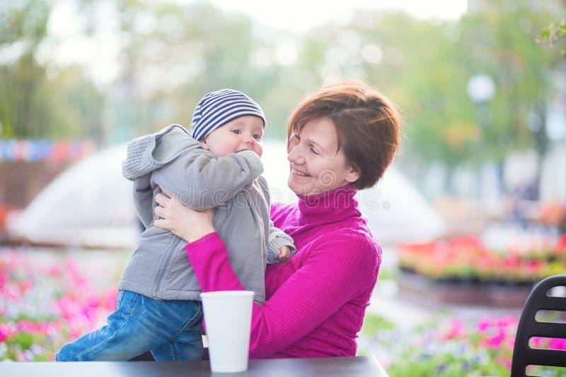 祖母和孙子咖啡馆的 免版税图库摄影