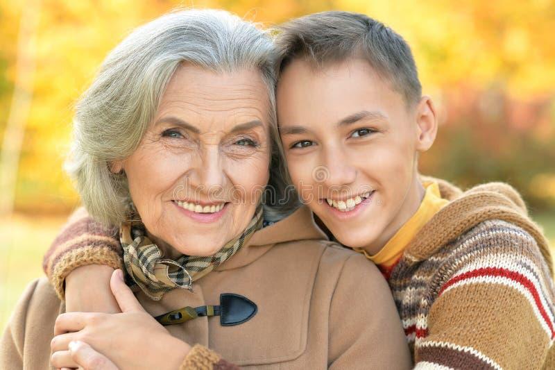 祖母和孙子拥抱 免版税图库摄影