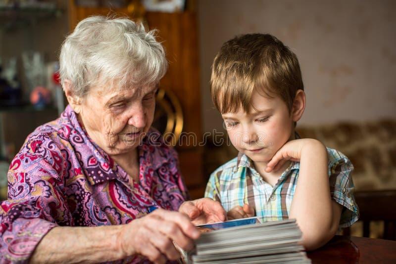 祖母显示孙子象册 家庭 免版税库存图片