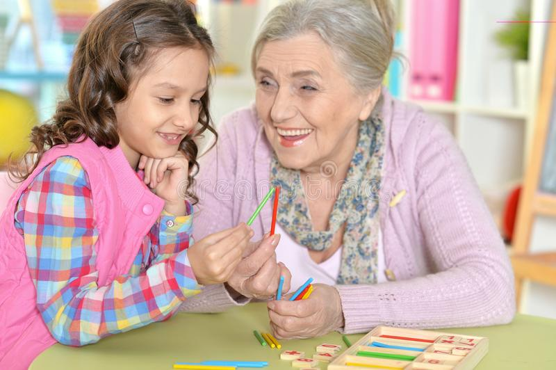 祖母画象有计数用棍子的孙女的 库存照片