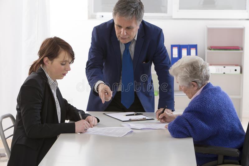 祖母签署的保险合同和捐赠对她的gran 免版税图库摄影