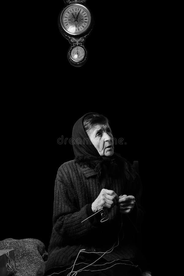 祖母编织 在黑背景的黑白低调照片 库存照片