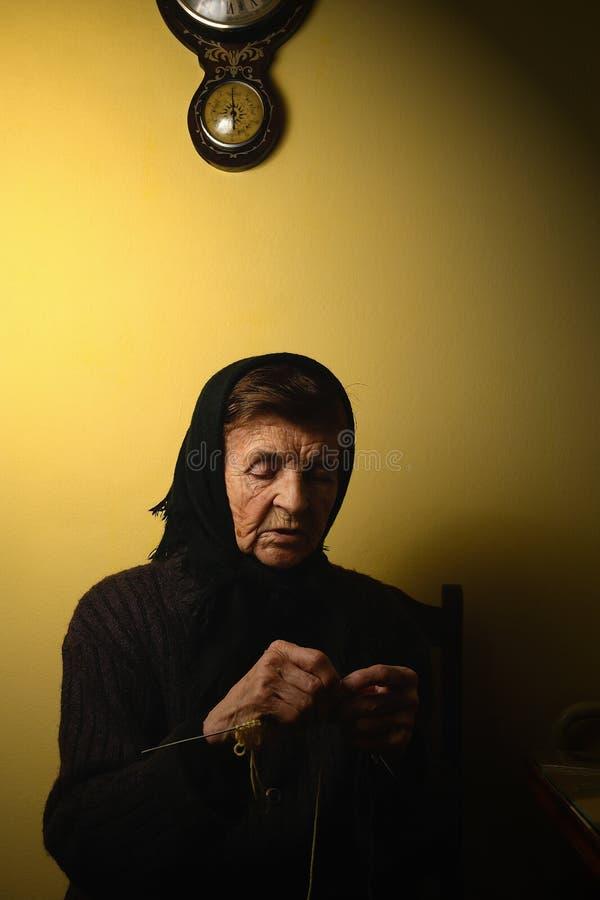 祖母编织 毛线,部分地可看见的编织针 低调照片 库存图片