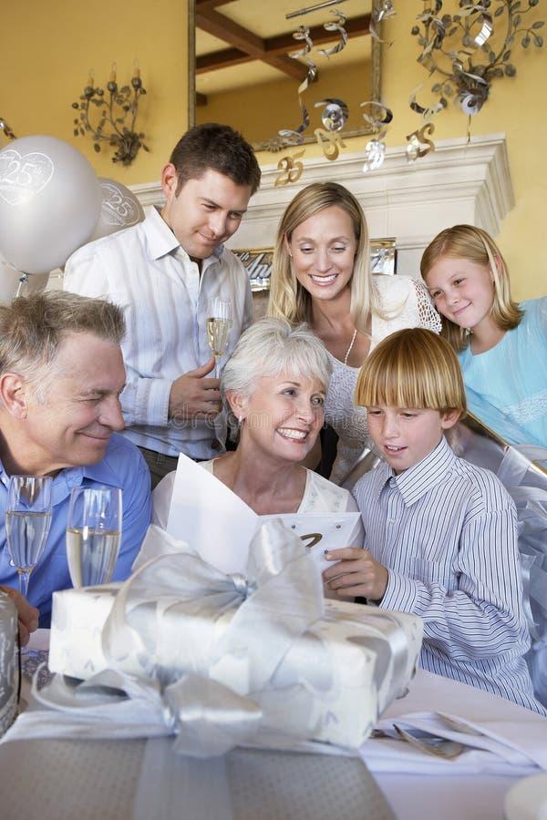 祖母读书孙子给的贺卡 免版税库存照片