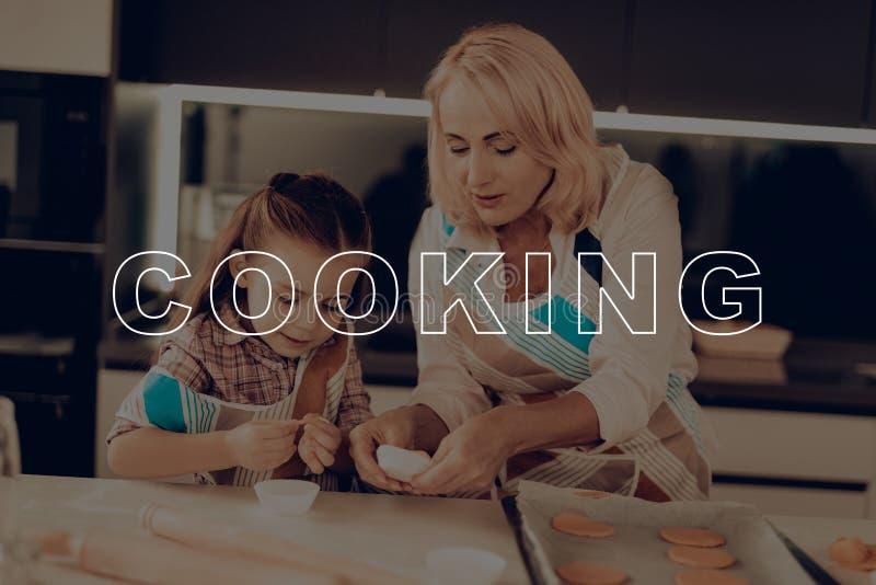 祖母 愉快的系列 在烤箱的装载饼干 图库摄影