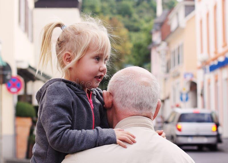祖父举行的孙女 免版税库存图片