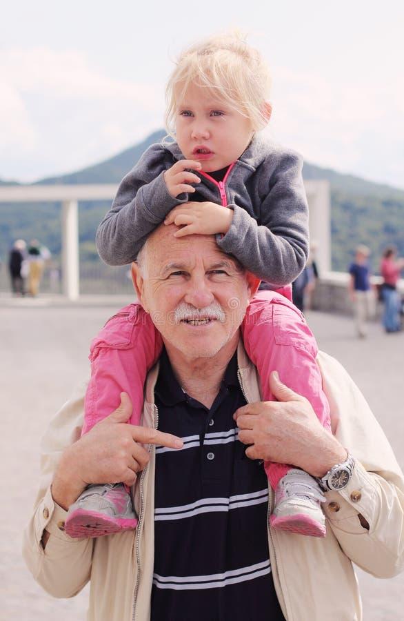 祖父举行的孙女 库存照片