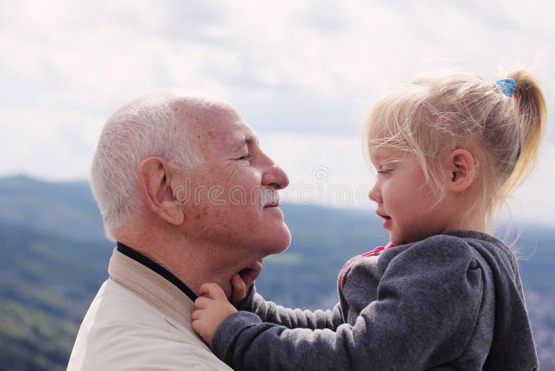 祖父举行的孙女 免版税库存照片