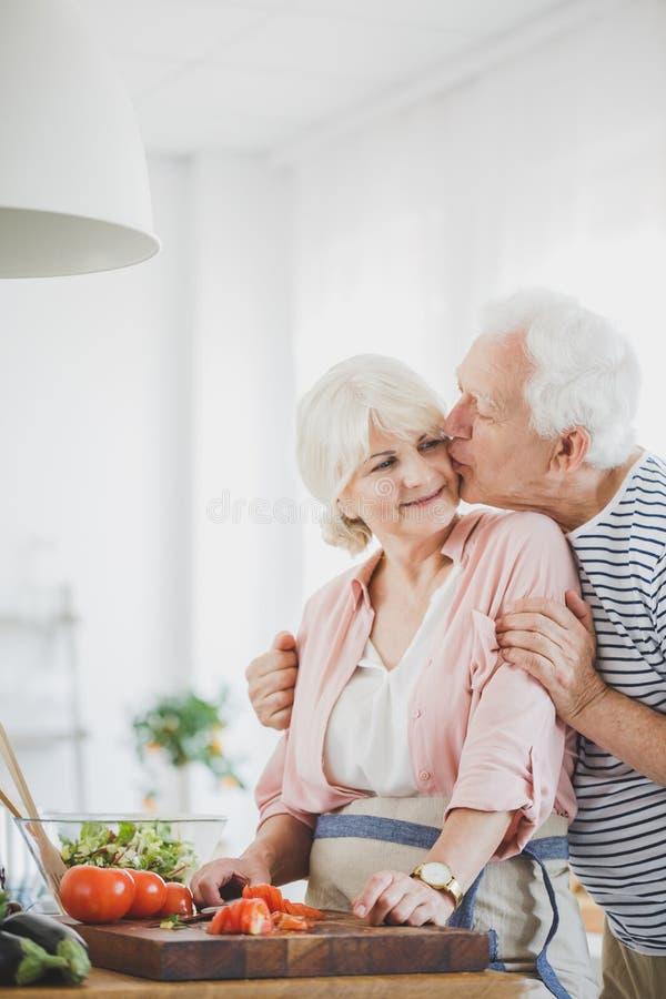 祖父亲吻面颊的祖母 库存图片