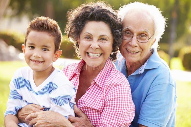 祖父母获得乐趣在有孙子的公园 库存照片