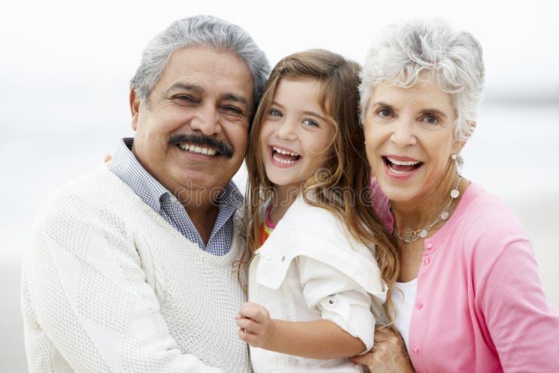 祖父母画象海滩的与孙女 库存照片