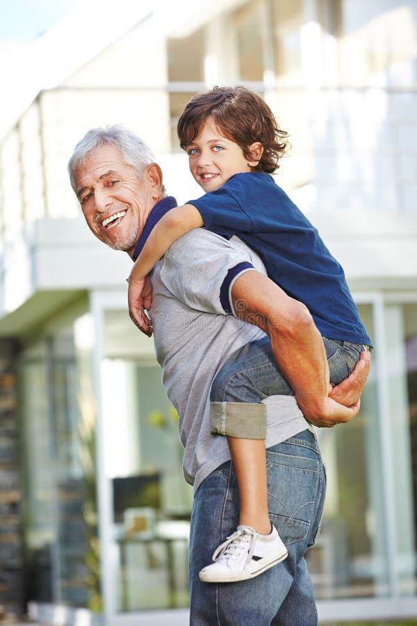 祖父运载的孙子肩扛 库存图片