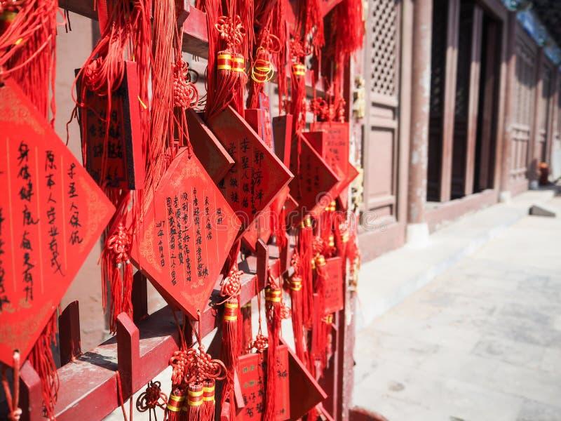 祝愿卡片的充满活力的红色汉语垂悬在机架 免版税库存图片