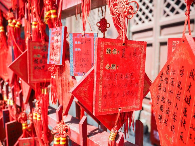祝愿卡片的充满活力的红色汉语垂悬在机架a 免版税库存照片