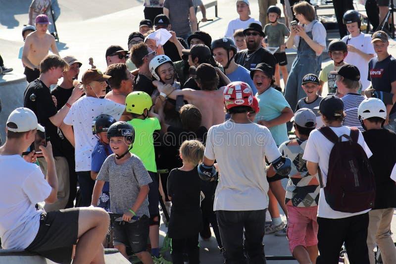 祝贺FinScooter夏天果酱体育比赛的参加者的观众在冰鞋公园 免版税库存照片
