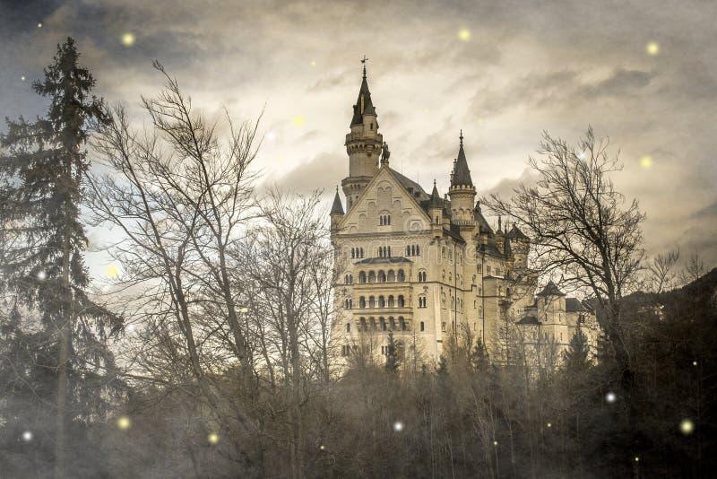神仙新天鹅堡城堡在有雾的,巴伐利亚,德国奥妙森林里 库存照片