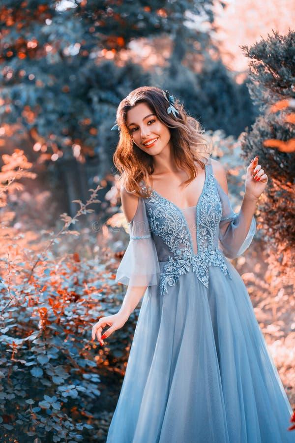 神仙的矮子在森林,自然微笑的友好的女主人里遇见亲切的客人 库存照片