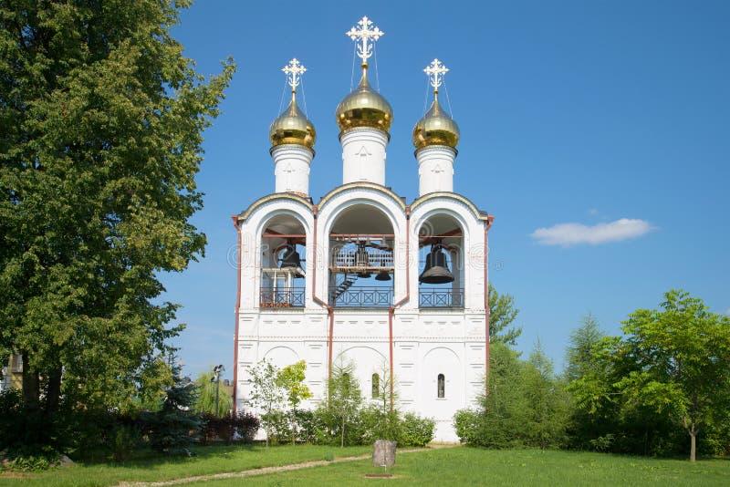 神圣和圣Nikolsky Pereslavsky女修道院钟楼的看法  Pereslavl-Zalessky, Ru金黄圆环  库存照片