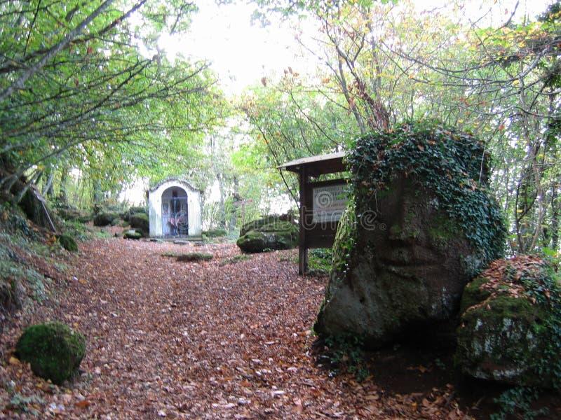 神圣的方式在秋天登上缆绳,在森林里面在罗马意大利附近 图库摄影