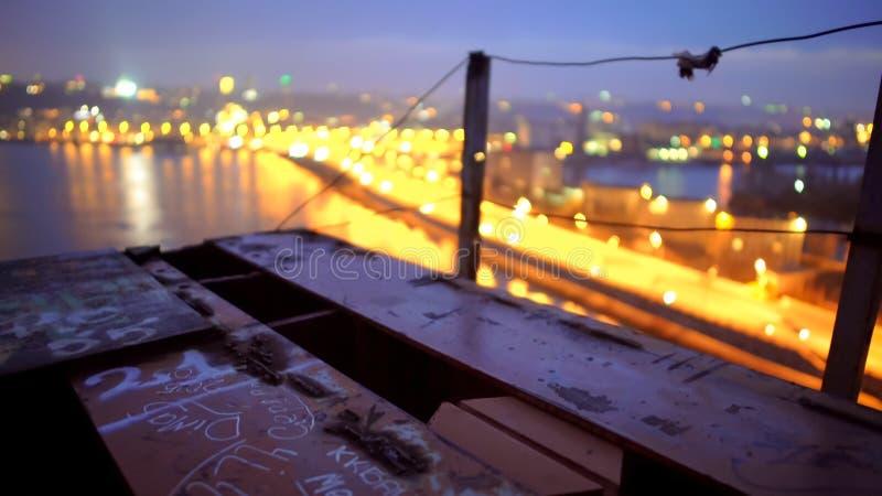 神奇反射在水,从桥梁边缘的看法中的夜城市光 免版税库存图片