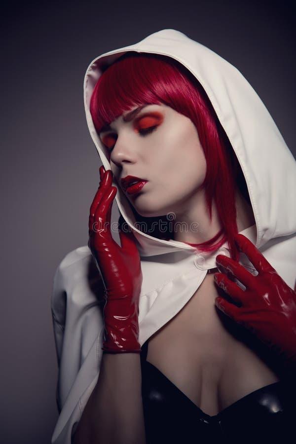 神奇肉欲的妇女佩带的白色画象  免版税图库摄影