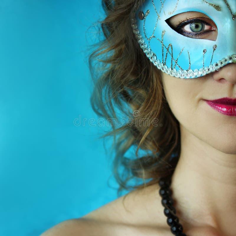 神奇蓝色狂欢节面具的美丽的少妇 时尚和秀丽照片 库存照片