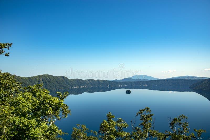 神威岳和美丽的清楚的蓝色湖Mashu 观测所,北海道 图库摄影