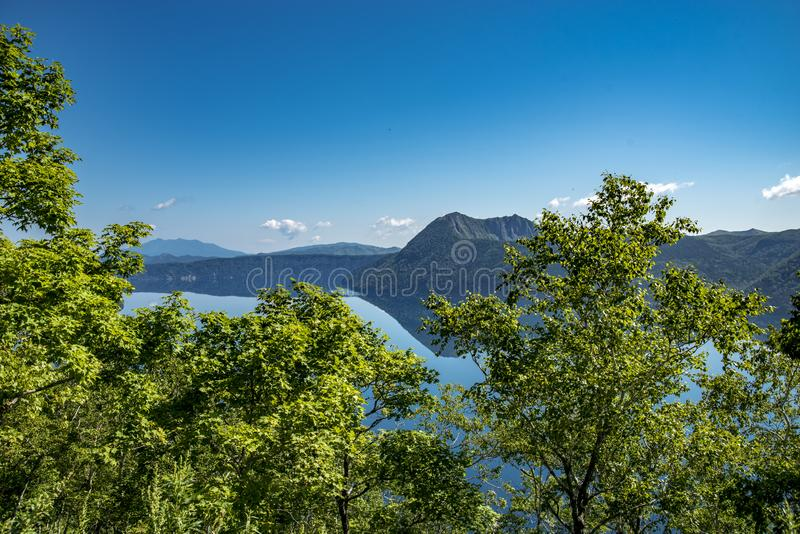 神威岳和美丽的清楚的蓝色湖Mashu 观测所,北海道 库存图片