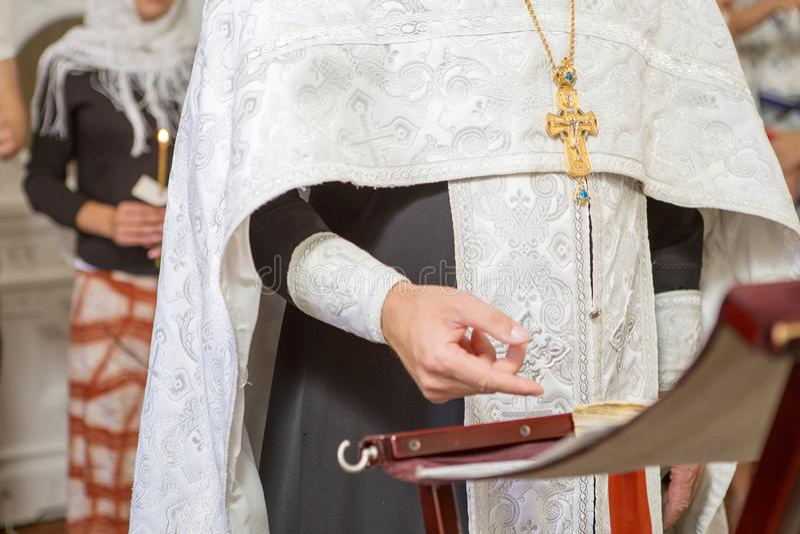 神父对负发怒在洗礼洗礼仪式仪式在教会里, 图库摄影