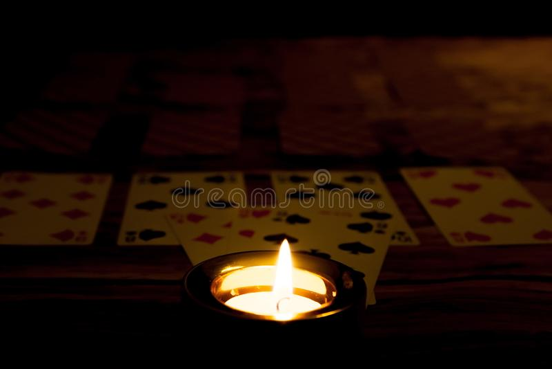 神秘的万圣夜算命概念 与pl的灼烧的蜡烛 免版税库存图片