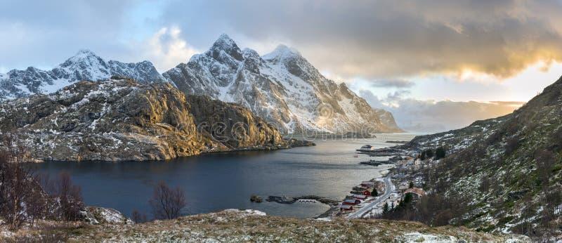 神秘的晚上风景全景在Lofoten海岛上的 库存照片