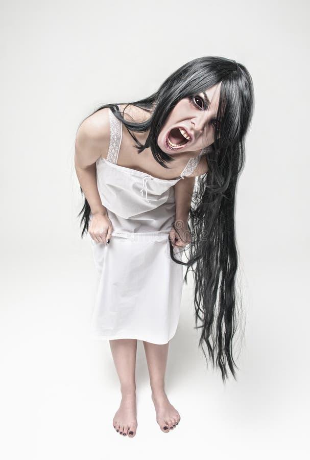 神秘的看您的巫婆叫喊的妇女 库存图片