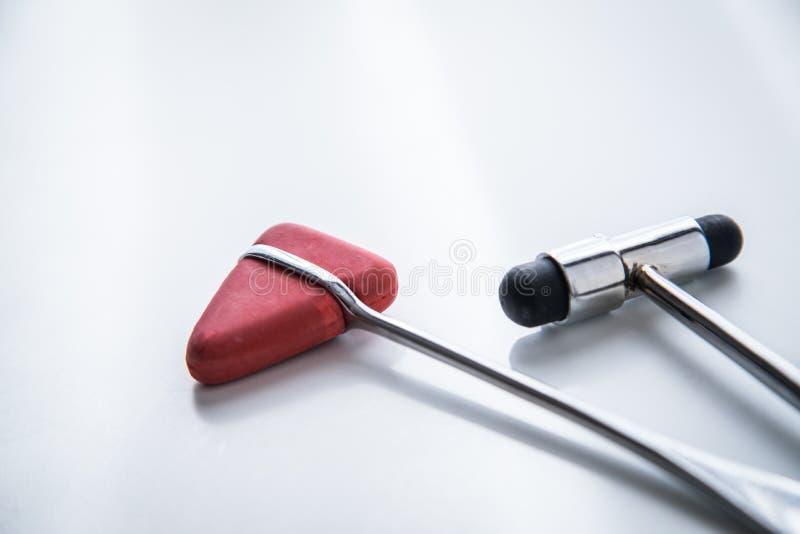 神经学家仪器反射锤子大型装配架和Tylor考试的 免版税库存图片