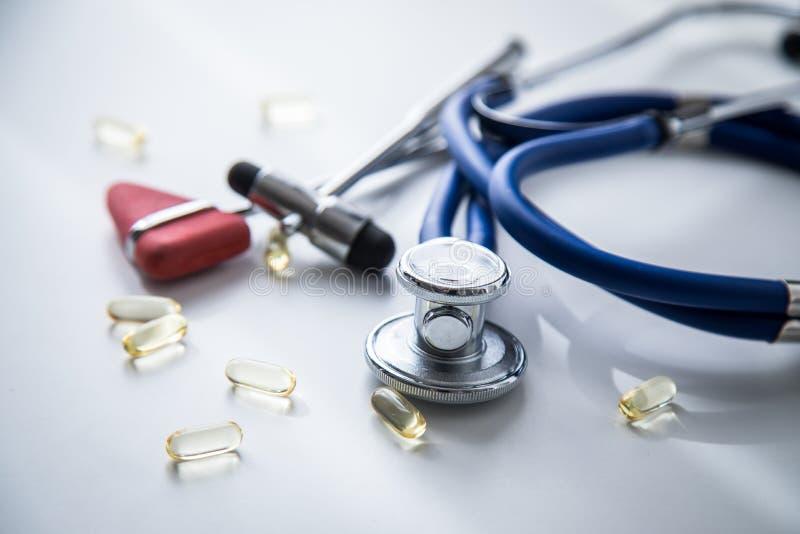 神经学家有听诊器、大型装配架和Tylor反射锤子和医疗药片的医生办公室疗法的 免版税库存图片