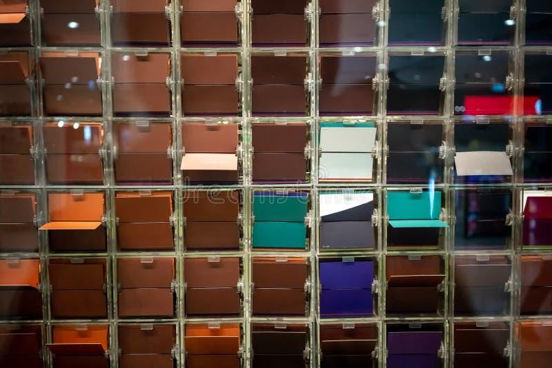 神色通过翻转由comp的五颜六色的板材控制窗口  免版税图库摄影