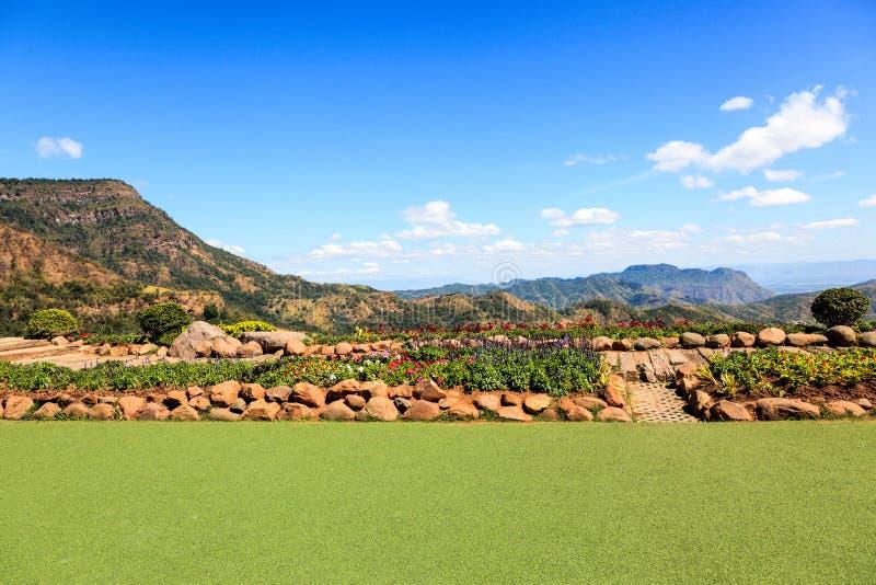 神色风景的观点在小山本质上 免版税库存图片