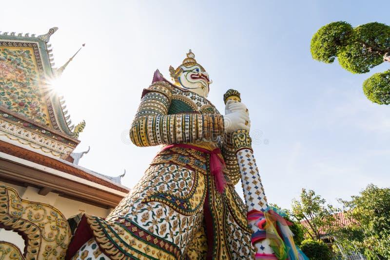 神话卫兵的雕象在整理大厅入口的郑王寺的在曼谷,泰国 免版税库存图片