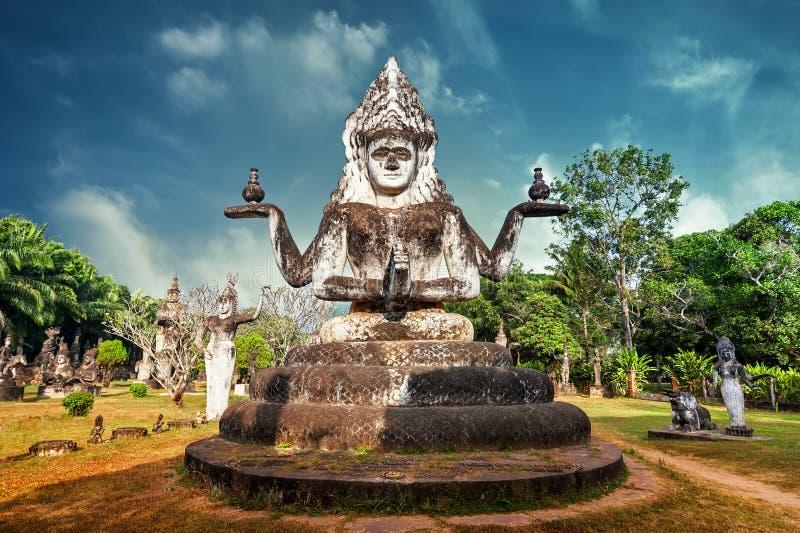 xieng福_神话惊人的看法和在wat xieng khuan菩萨的宗教雕象停放 老挝万象
