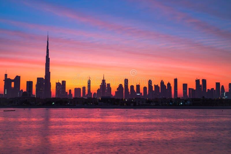 神话早晨、日出或者黄昏在迪拜 在哈里发塔的黎明 在迪拜街市的美丽的色的多云天空 库存图片
